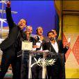 L'équipe du film Indigènes à Cannes, dont Sami Bouajila, Roschdy Zem et Jamel Debbouze, recevant le prix d'interprétation