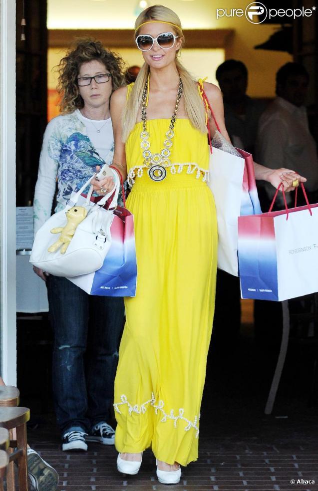 Jeudi 8 avril, dans les rues de Los Angeles, Paris Hilton semblait très heureuse de ses achats effectués chez Fred Segal.