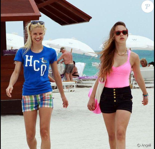 Michelle Hunziker et sa fille Aurora sur la plage, à Miami, savourent le bonheur d'être en vacances. 9/04/2010