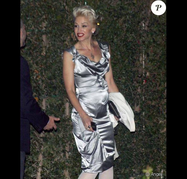 Gwen Stefani à la sortie d'une soirée avec un ventre arrondi. Le 15 avril 2010