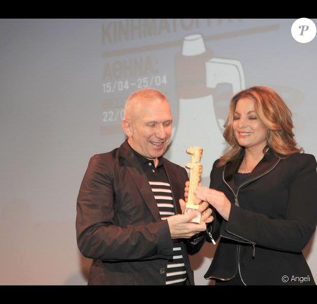 Jean-Paul Gaultier reçoit un prix d'honneur des mains de la secrétaire d'état au tourisme lors du festival du film francophone de Grèce (17 avril 2010 en Grèce)