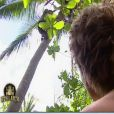 Grégoire, aussi agile qu'un bonobo, monte à l'arbre pour aller chercher des cocos