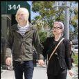 Kelly Osbourne et son fia,ncé Luke Worrall se promènent main dans la main à Beverly Hills le 28 avril 2010