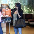 Kim Kardashian fait du shopping dans West Hollywood et ne rechigne pas à prendre la pose au côté de ses fans dans West Hollywood le 30 avril 2010