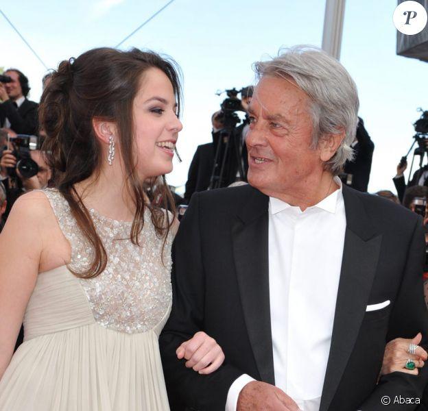 Alain Delon, sa fille Anouchka habillée par Elie Saab et Claudia Cardinale sur le tapis rouge de Cannes le 14 mai 2010