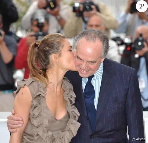Elsa Pataky embrasse Frédéric Mitterrand lors du photocall Hommage au Cinéma Espagnol, au Festival de Cannes le 15 mai 2010