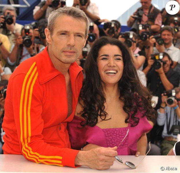 Lambert Wilson et Sabrina Ouazani lors du photocall du film Des hommes et des dieux le 18 mai 2010 dans le cadre du festival de Cannes