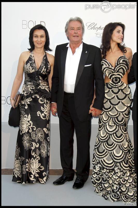 Alain Delon accompagné de Sophie Abdallah et de Sophia Marick lors du gala de l'amfAR le 20 mai 2010 à Antibes
