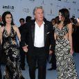Alain Delon entouré de Sophie Abdallah et de Sophia Marick lors de la soirée de l'amfAR