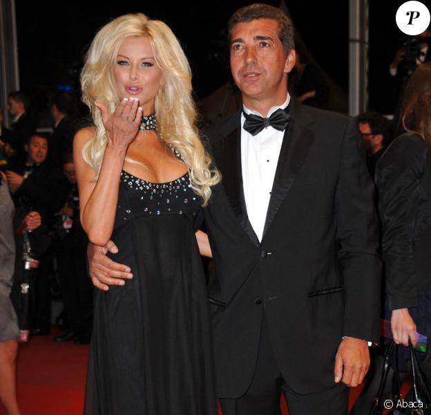 """Angie arrive avec un ami pour la projection de """"Nostra Vita"""" (20 mai 2010 à Cannes)"""