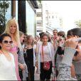 Angie dans la rue entourée de fan, à Cannes