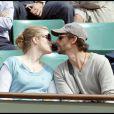 Natacha Régnier et son homme Guillaume Boudaud - pause câlins lors de la cinquième journée du tournoi des internationaux de tennis de Roland Garros 2010 le 27 mai 2010