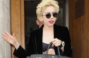 Lady Gaga, toujours perchée sur ses incroyables chaussures, aurait-elle craqué pour... une femme ?