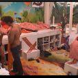 Quand Caroline veut changer de petite tenue, elle demande de l'aide à Jason dans Dilemme