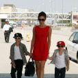 Victoria Beckham et ses fils à l'aéroport de Los Angeles, le 5 juin 2010