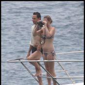 Kate Moss :  A moitié nue, elle se laisse modeler sur le sable par son amoureux...