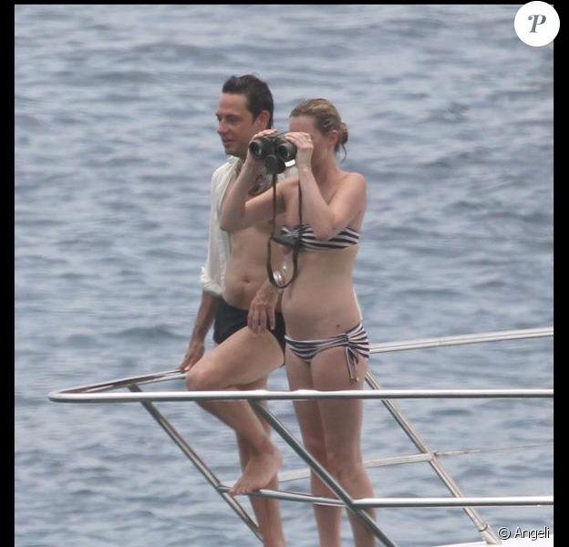 Kate Moss a envie d'espionner les espèces marines... Avec Jamie Hince, elle est cool à St Barth...