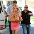 Britney Spears et son petit ami Jason Trawick se rendent dans un centre commercial pour acheter des vélos à Sean Preston et Jayden James, les enfants de Brit, vendredi 11 juin à Los Angeles.