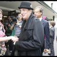 Micky Green animait dimanche 13 juin 2010 le traditionnel pique-nique précédant le Prix de Diane, à Chantilly. Francis Lalanne était présent.
