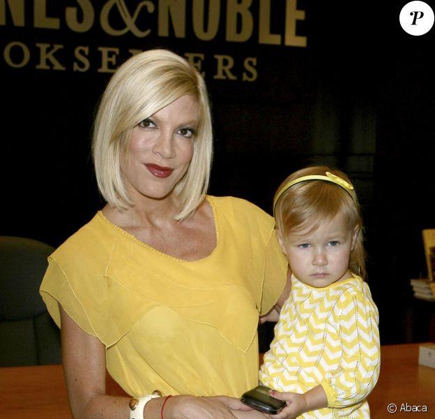 Dean McDermott s'occupe de son petit Liam Aaron McDermott pendant que son épouse Tori Spelling donne une séance de dédicace pour son livre Uncharted TerriTori le 2 juin 2010
