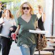 Lindsay Lohan fume une cigarette et s'accorde une séance de shopping chez Barney's à Los Angeles, mardi 22 juin.