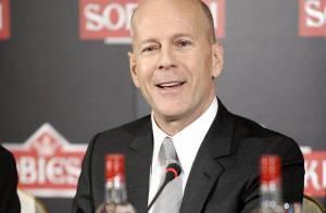 Regardez le séduisant Bruce Willis, en pleine polémique, nous préparer de succulents cocktails avec le sourire !