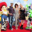 Virginie Guilhaume entourée de Dave et Stéphanie à l'occasion de l'avant-première de  Toy Story 3 , au Gaumont du Disney Village, à Marne-la-Vallée, le 26 juin 2010.
