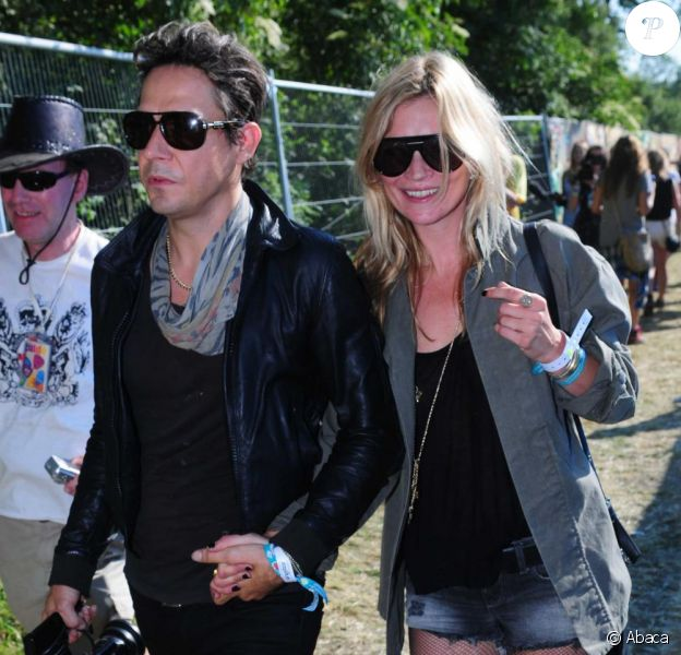 Kate Moss et Jamie Hince au festival de Glastonbury, dans le Somerset, en Angleterre, le 26 juin 2010.