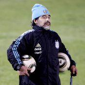 Diego Maradona fait des câlins à ses joueurs... mais attention, il aime les femmes et affirme ses préférences !