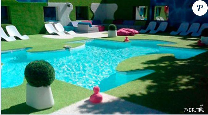 la piscine en forme de puzzle. Black Bedroom Furniture Sets. Home Design Ideas
