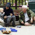 Pete Wentz partage un moment de complicité avec son fils Bronx Mowgli, au parc, en compagnie de son propre père, vendredi 9 juillet : trois générations réunies !