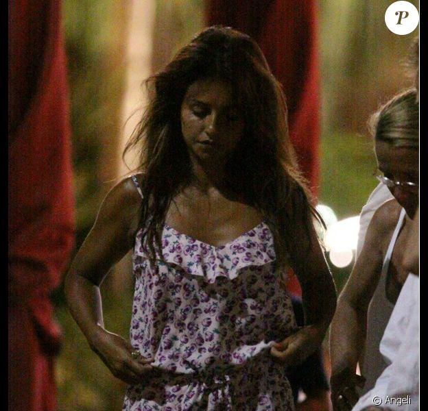 Monica Cruz assiste au mariage de sa soeur Penelope et Javier Bardem et après quelques verres, fait un petit malaise, Miami