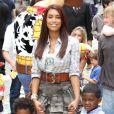 Chantelle Tagoe (femme du footballeur Emile Heskey) et ses enfants à l'occasion de l'avant-première de  Toy Story 3 , à l'Empire Leicester Square de Londres, le 18 juillet 2010.