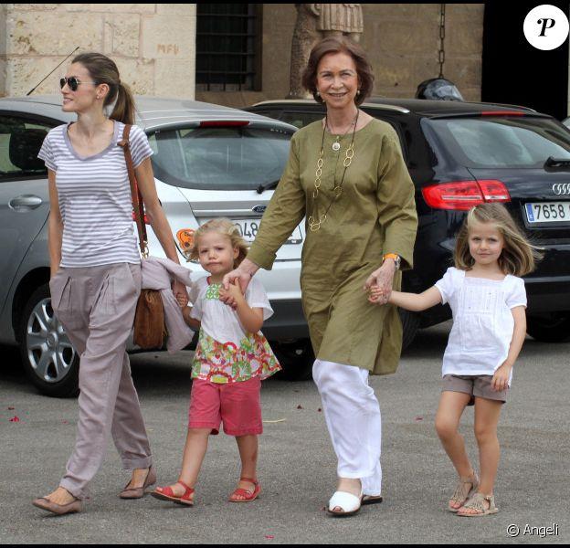 La reine Sofia d'Espagne, en compagnie de la princesse Letizia et de ses filles les princesses Leonor et Sofia à Palma de Majorque, le 4 août 2010