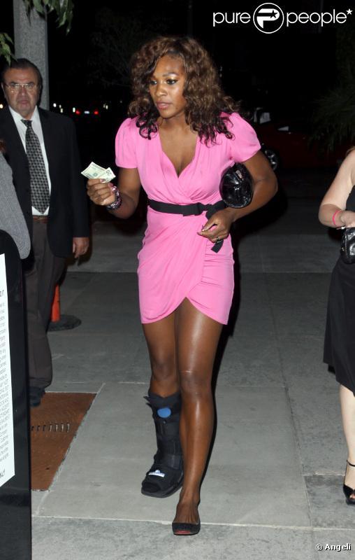 Venus & Serena Williams - 2 - Page 23 456322-en-robe-courte-rose-avec-son-attelle-au-637x0-2