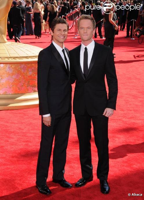 Neil Patrick Harris et son compagnon David Burtka posent sur le tapis rouge de la cérémonie des Emmy Awards en septembre 2009
