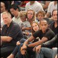 Thierry Henry et une amie lors du match de basket opposant les Etats-Unis à la France à New York le 15 août 2010