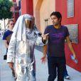 Adrian Grenier et Bobby Trendy, en tenue d'astronaute, lors d'une séance shopping chez Diabolina à Beverly Hills le 16 août 2010