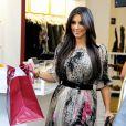Kim Kardashian croise le beau Adrian Grenier lors d'une de ses séances shopping chez Diabolina à Beverly Hills le 16 août 2010
