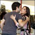 Kim Kardashian et Adrian Grenier prennent la pose alors qu'ils se croisent durant leur séance shopping chez Diabolina à Beverly Hills le 16 août 2010
