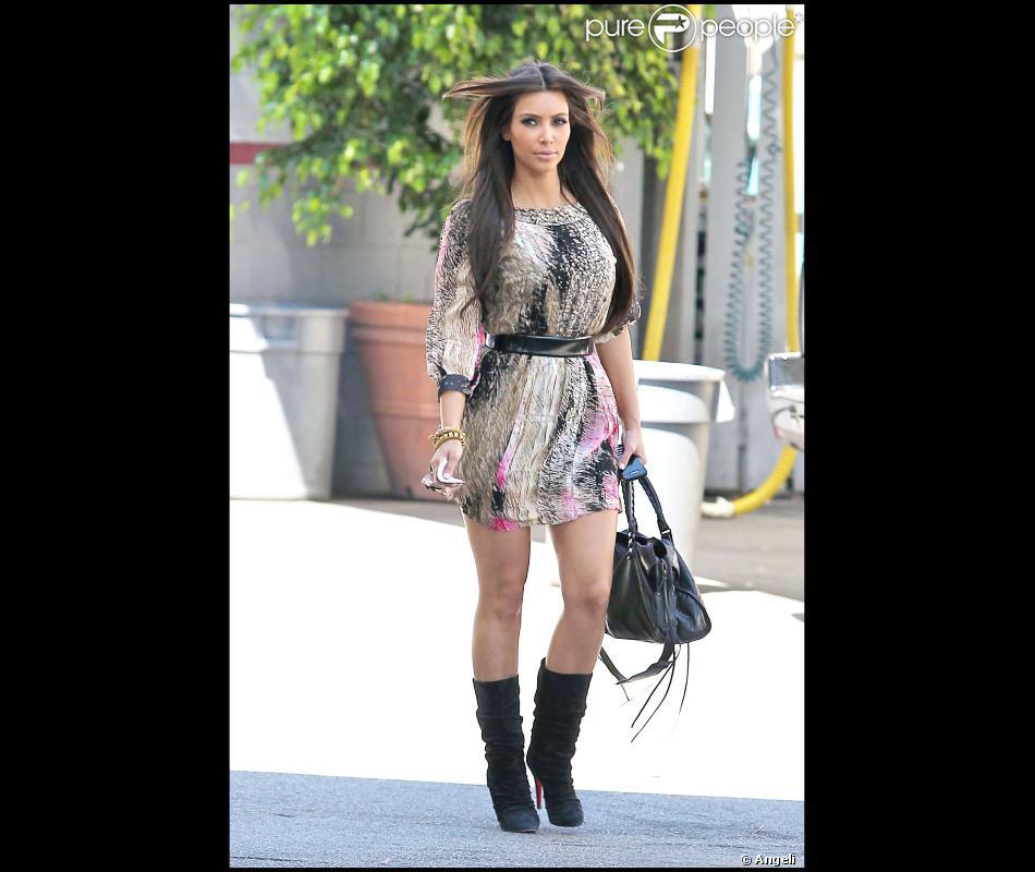 Kim Kardashian Dans Une Belle Petite Robe En Soie Diane Von Furstenberg Rehaussee D Une Large Ceinture Qu Elle Avait Choisi De Revetir Avec Une Paire De Bottes Purepeople