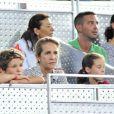 La princesse Helena d'Espagne et ses deux enfants Felipe Juan Froilan et Victoria Federica, lors d'un match de basket qui opposait l'équipe espagnole à l'équipe américaine, à Madrid le 22 août 2010