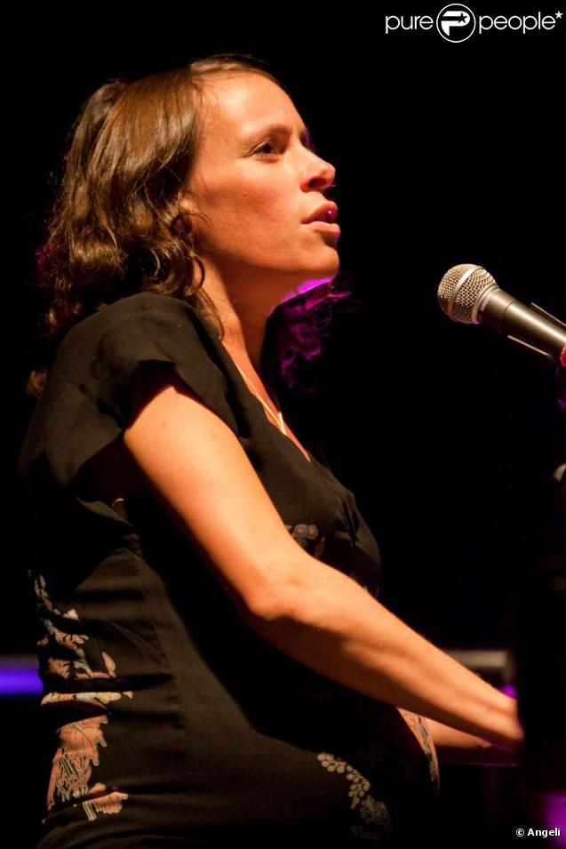 Emily Loizeau au concert Rock Sans Papiers, à Bercy, le 18 septembre 2010.