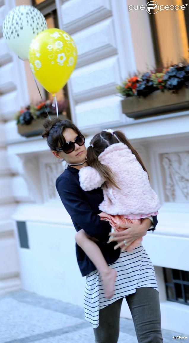 Katie Holmes et Suri Cruise à Prague, près de leur hôtel. Septembre 2010