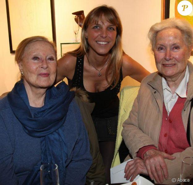 Michèle Morgan et sa soeur Hélène Roussel à la Galerie Vieceli, à Paris, le 14 octobre 2010. Deborah Marshall est à leurs côtés.