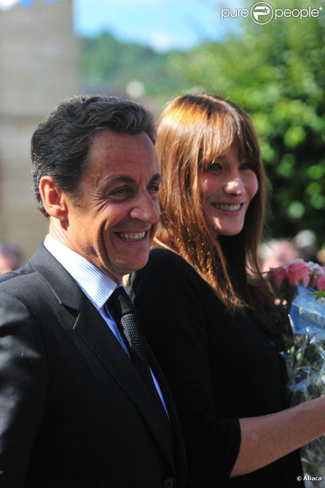 Nicolas Sarkozy et son épouse Carla Bruni arrivent pour une visite de la grotte de Lascaux, non loin du village de Montignac-sur-Vezere le 12 septembre.