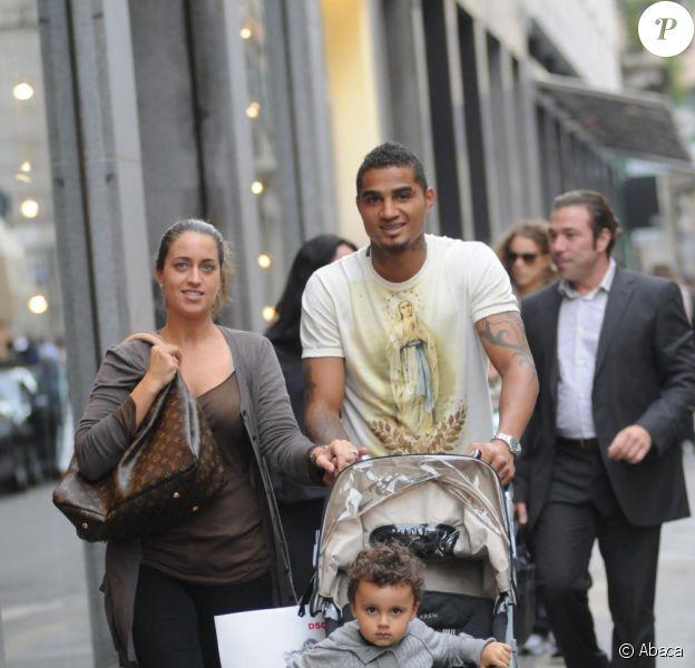 Kevin-Prince Boateng en promenade avec sa femme Jenny, et leur fille Jermaine, à Milan, le 5 octobre 2010