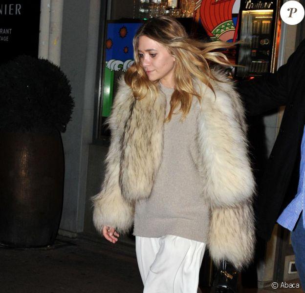 Ashley et Mary-Kate Olsen sortent d'un restaurant parisien, le 5 octobre 2010.
