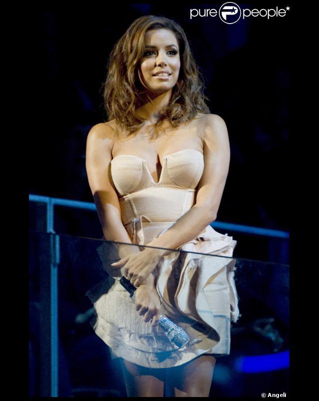 Eva Longoria : une maîtresse de soirée lookée et sexy lors des MTV EMA le 7 novembre 2010 à Madrid
