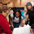 Ne-Yo en décembre 2009 participe à la remise des cadeaux de noël pour les enfants défavorisés de sa fondation à Las Vegas